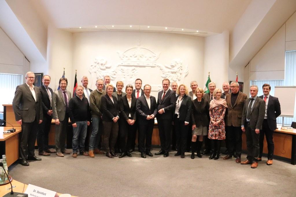 Bürgermeister Reiner Breuer (Mitte) begrüßte zahlreiche Vertreterinnen und Vertreter der bundesdeutschen Städte im Neusser Ratssaal.