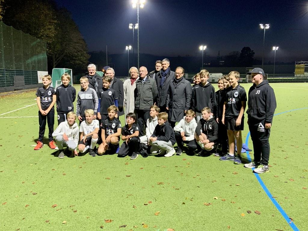 Die Jugend-Hockey-Spieler von Schwarz-Weiß konnten ihr Training schon im besten Licht absolvieren. Große Freude auch bei Bürgermeister Reiner Breuer, Vertretern der Politik und Vereinsvorstand.