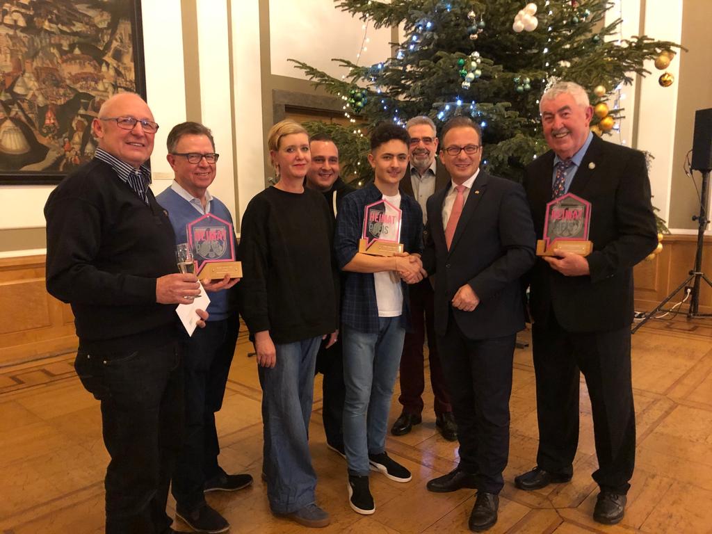 Die stolzen Preisträger mit Bürgermeister Reiner Breuer im Alten Ratssaal.