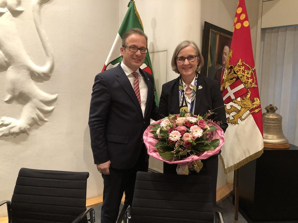 Bürgermeister Reiner Breuer gratuliert Dr. Christiane Zangs zur Wiederwahl als Beigeordnete.