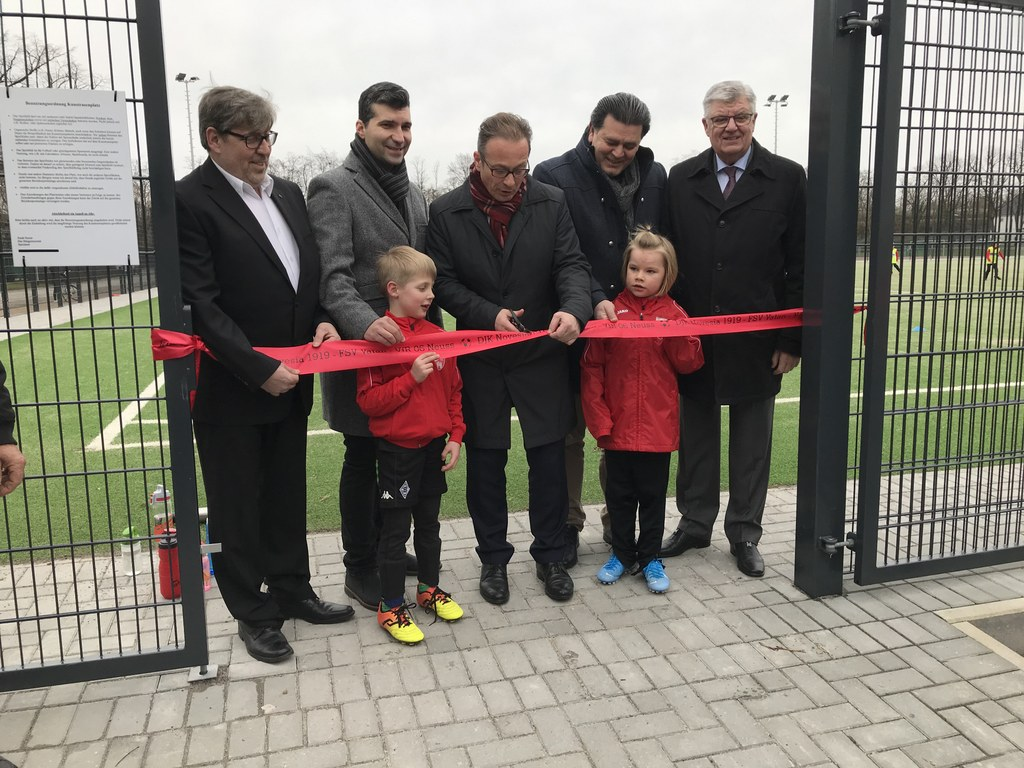 Herr Busch (DJK Novesia),  Herr Yilmaz (VFR), Bürgermeister Reiner Breuer, Herr Ciftci (Vatan), Rolf Knipprath (Vorsitzender Sportausschuss)