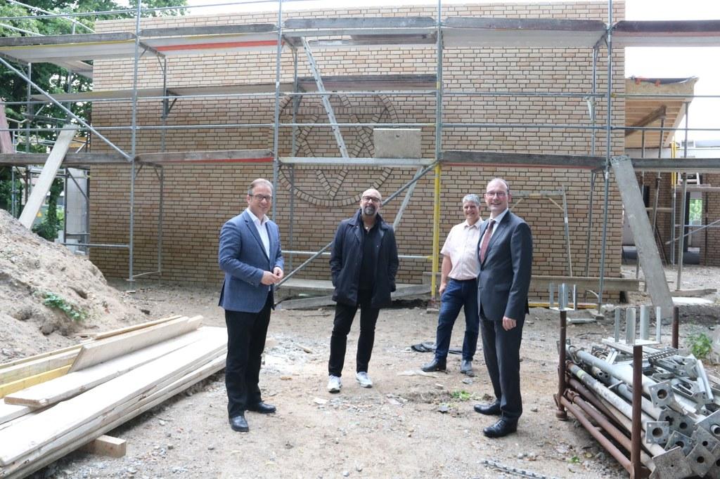 v.l.: Bürgermeister Reiner Breuer, Bert Römgens (Jüdische Gemeinde), Andreas van Eyk (Generalunternehmer) und Baudezernent Christoph Hölters vor dem Davidstern.