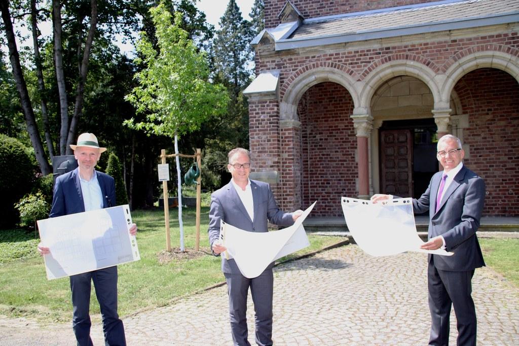Bürgermeister Reiner Breuer (Mitte), Markus Jansen (rechts) und der für die städtischen Friedhöfe zuständige Beigeordnete Dr. Matthias Welpmann machten sich bei einer Ortsbesichtigung ein eigenes Bild von dem Zustand der Kapelle.