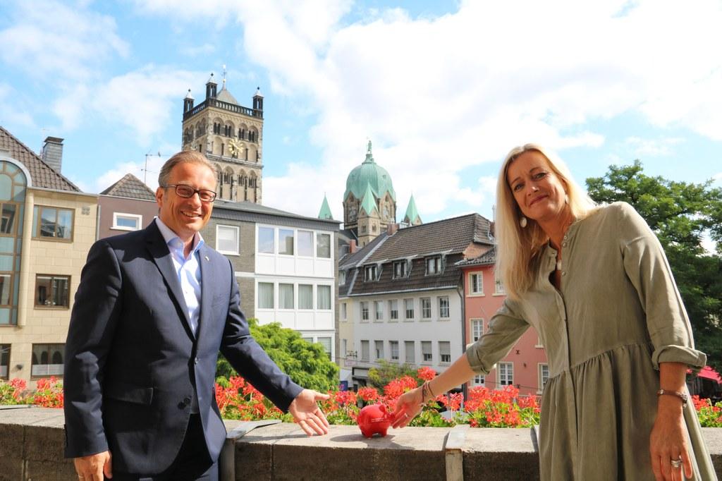 Bürgermeister Reiner Breuer und Cordula Baumann von der Initiative Schmetterling