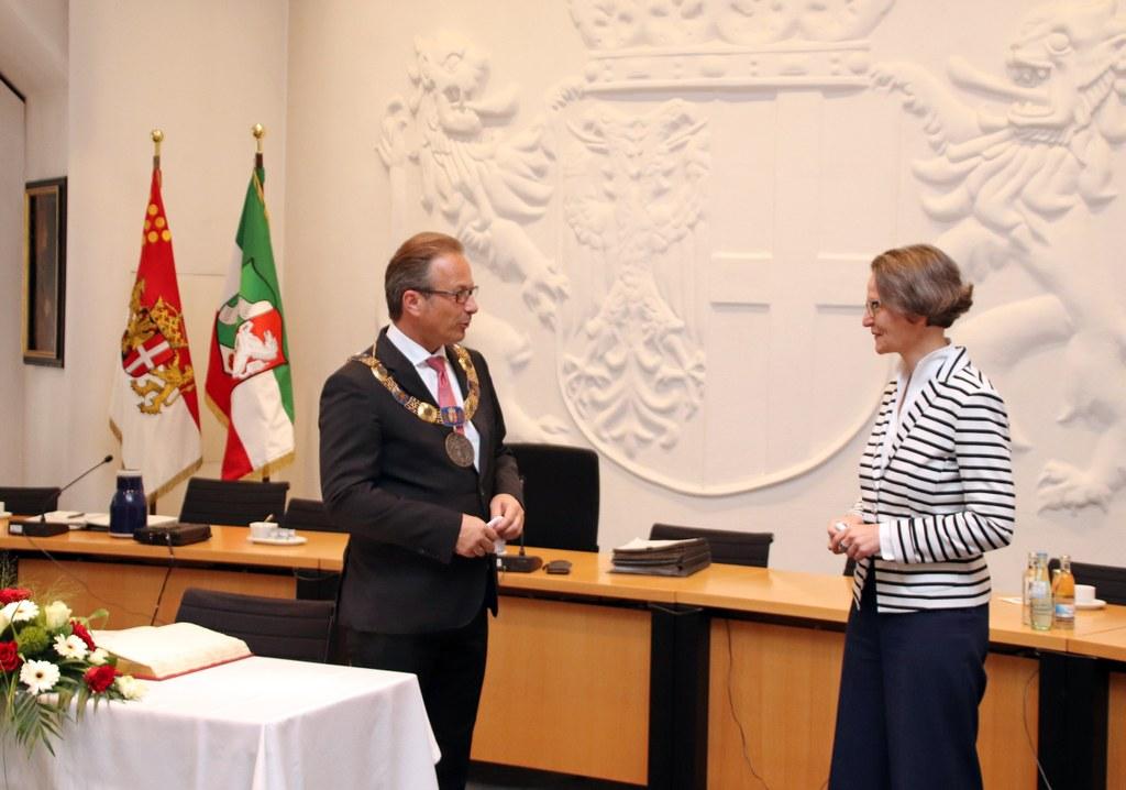 Ministerin Ina Scharrenbach im Gespräch mit Bürgermeister Reiner Breuer