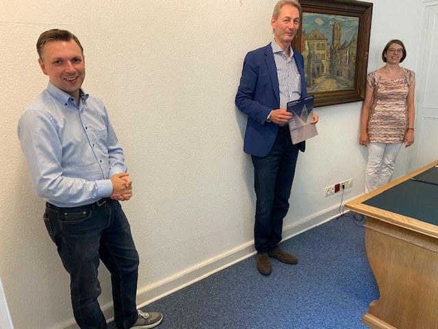 © Stadt Neuss - Michael Ziege, Vorsitzender Arbeitsgemeinschaft zur Förderung der Kirchenmusikwoche in Neuss, Katja Ulges-Stein, Künstlerische Leitung, und Kantor Joachim Neugart.