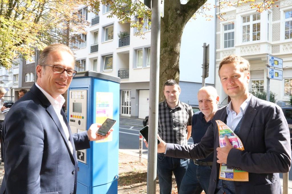 Bürgermeister Reiner Breuer, Stefan Rother vom Amt für Verkehrslenkung, Projektleiter Alois Bayerschen vom Tiebaumanagement Neuss und Philipp Zimmermann von smartparking.
