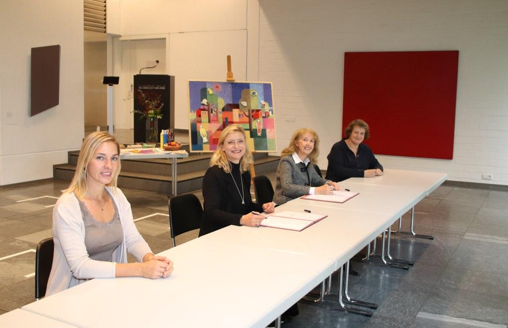(v.l.n.r.) Jasmin Schroers, Dr. Uta Husmeier-Schirlitz, Gerda-Maria Himmels und Ingrid Tüshaus bei der Vertragsunterzeichnung.