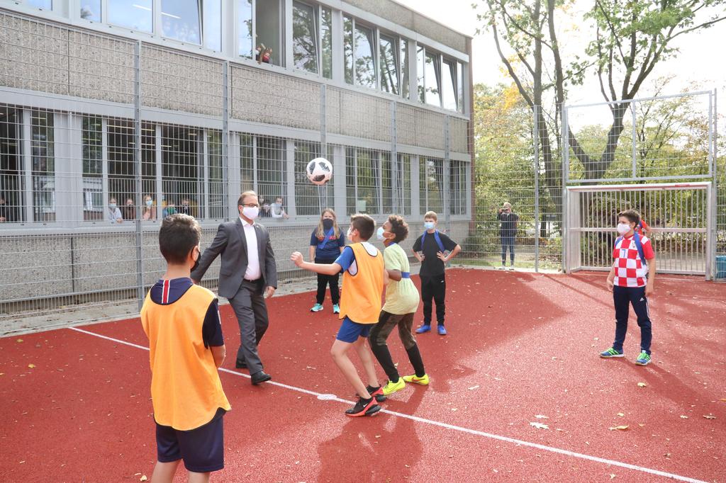 Bürgermeister Reiner Breuer mit Schülerinnen und Schülern der Abteilung I.