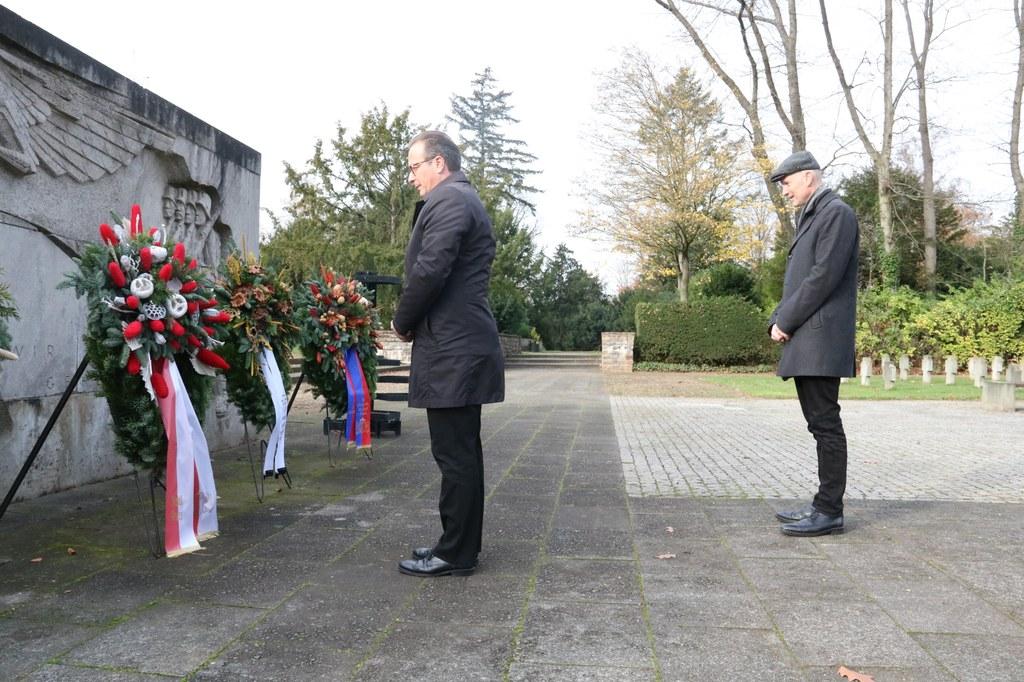 Bürgermeister Reiner Breuer (l.) und Friedhofsdezernent Dr. Matthias Welpmann beim Totengedenken.