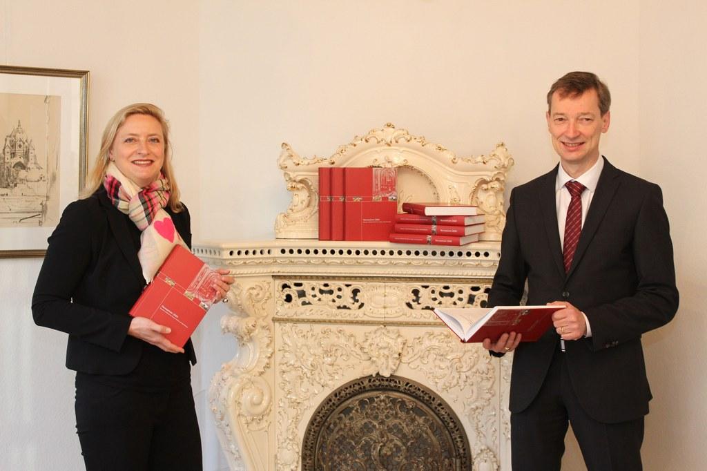 """Museumsdirektorin Dr. Uta Husmeier-Schirlitz und Archivdirektor Dr. Jens Metzdorf bei der Präsentation des Jahrbuches """"Noveasium 2020""""."""