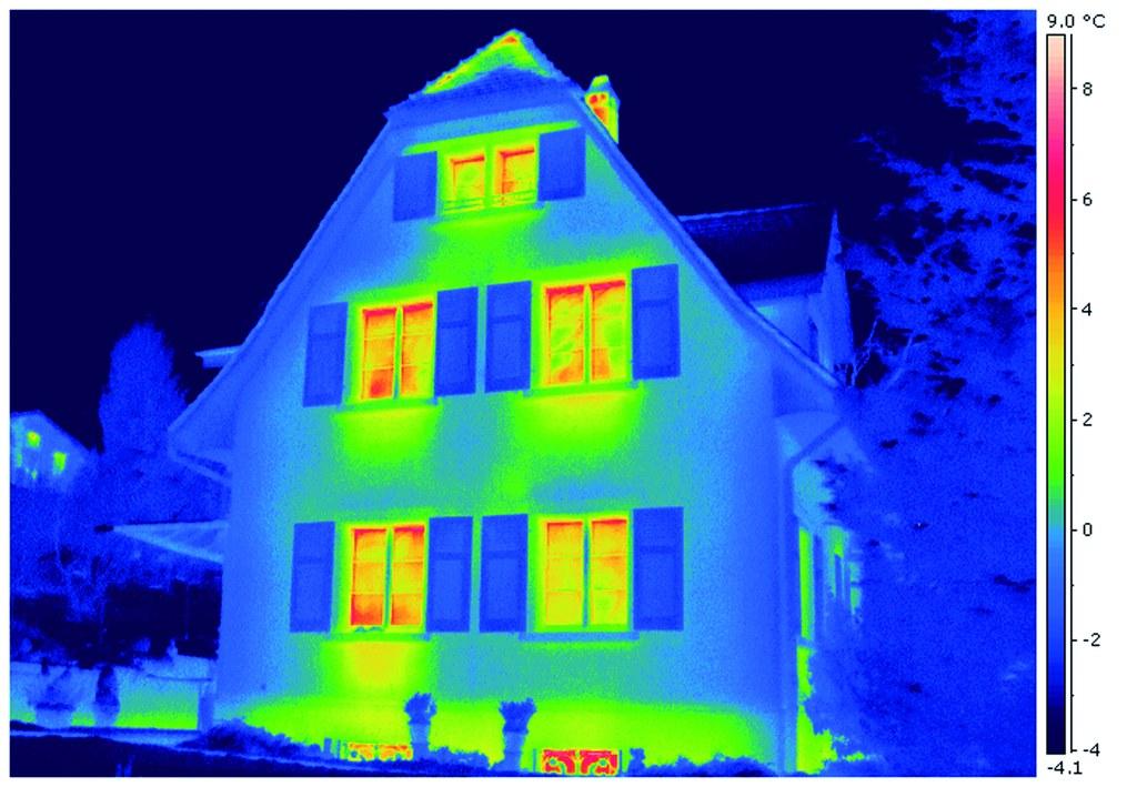 Thermografieaufnahmen zeigen über verschiedene Farben deutlich, wo undichte Stellen und Wärmebrücken am Haus zu finden sind.