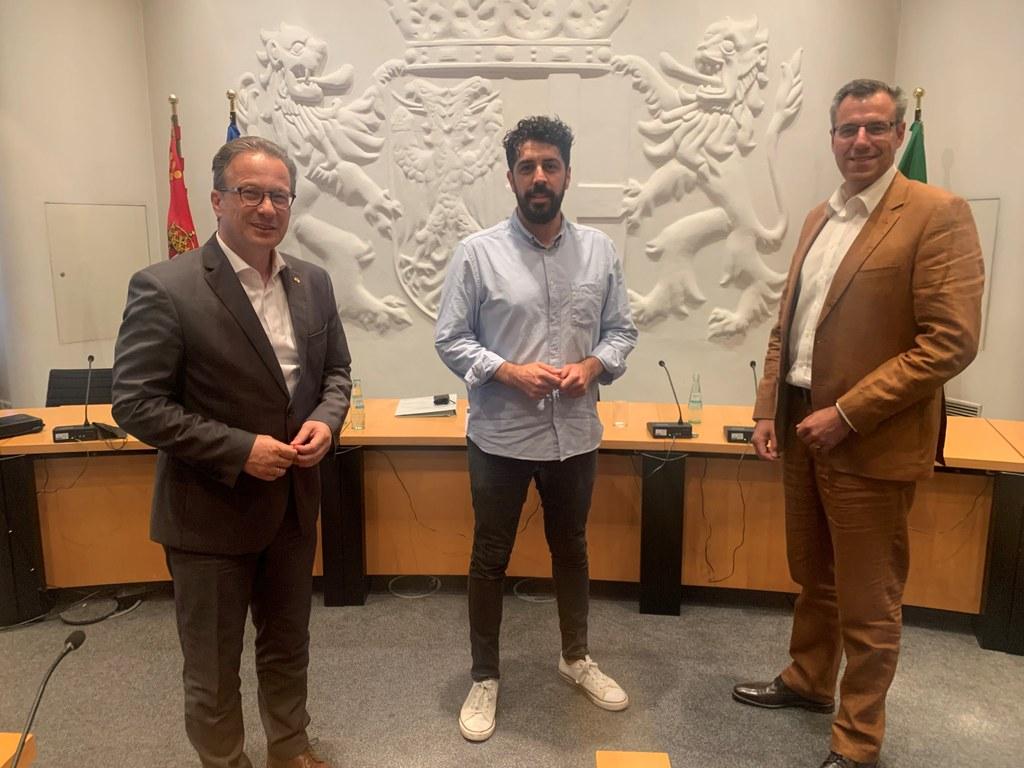 Bürgermeister Reiner Breuer mit dem neuen Vorsitzenden des Komitees für Partnerschaften und Internationale Beziehungen, Hakan Temel (SPD), und seinem Stellvertreter Stefan Crefeld (CDU).