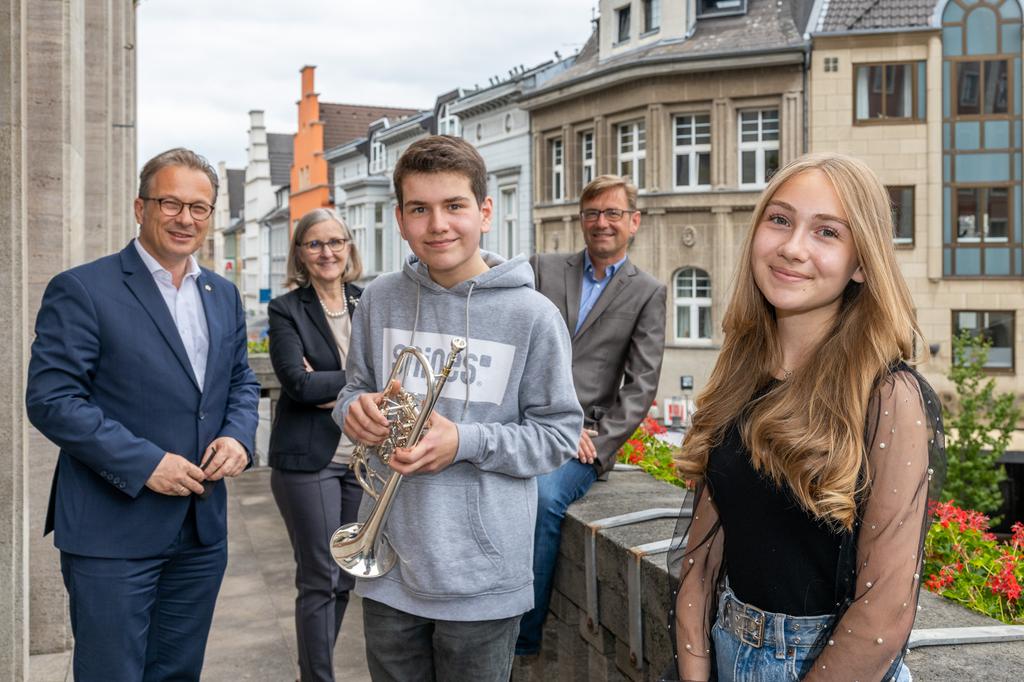 Foto: Stadt Neuss | Bürgermeister Reiner Breuer, die beiden Preisträger Diana Hartwig und Johannes Schmid sowie Dr. Christiane Zangs (Beigeordnete) und Holger Müller (Musikschule)