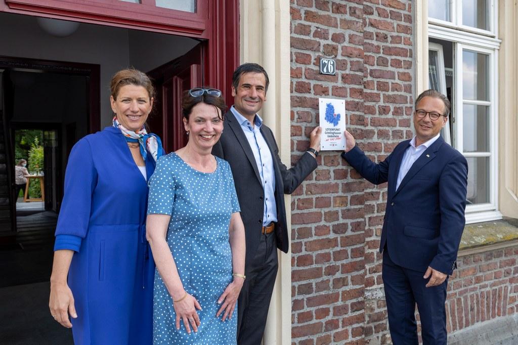 Foto: Stadt Neuss - (v.l.n.r.) Christiane Koenig vom Vorstand der SkF Neuss, die Leiterin des Lotsenpunktes Doris Nysten, SkF Geschäftsführer Jens Röskens sowie Bürgermeister Reiner Breuer