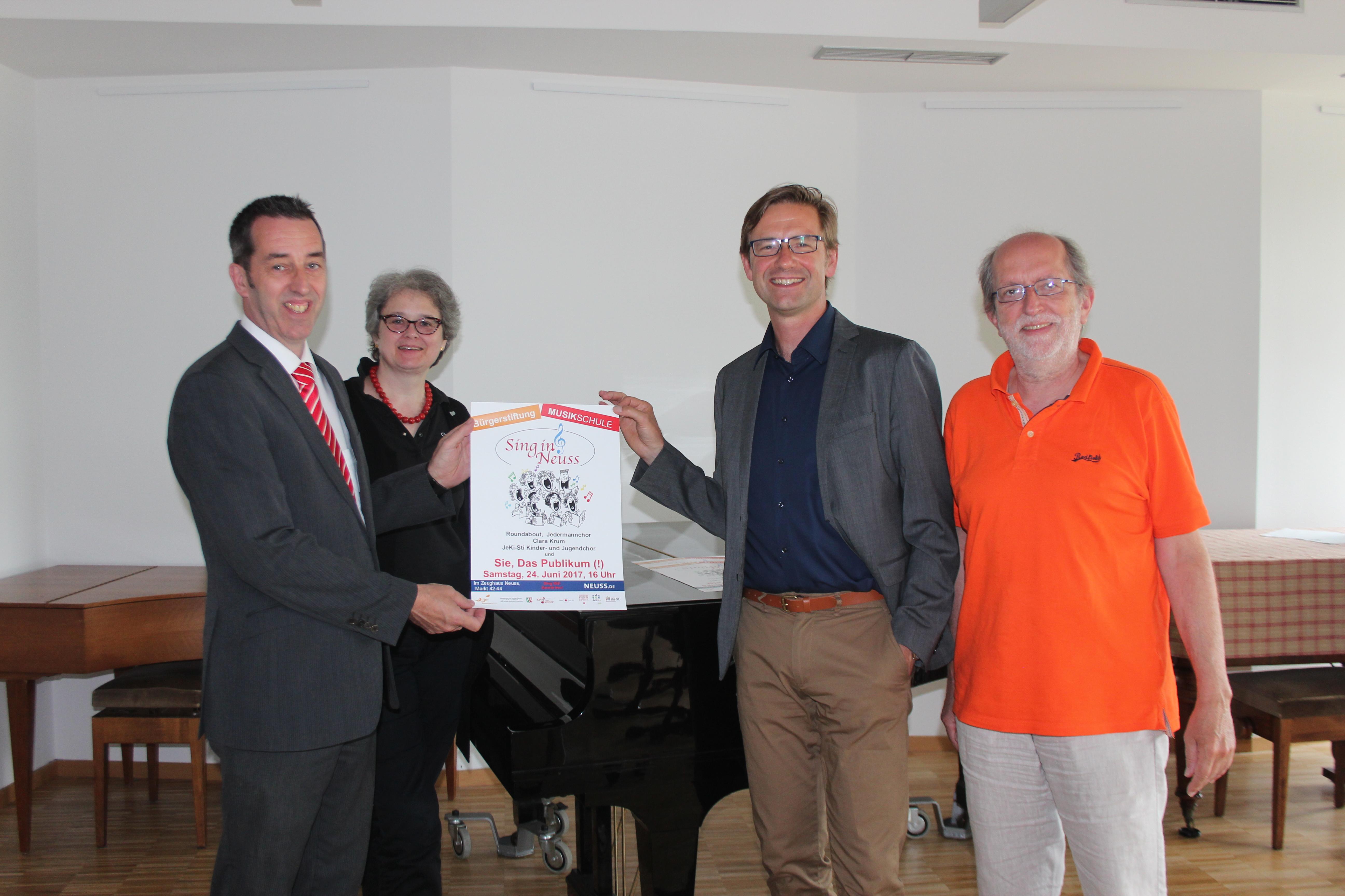 Musikschulleiter Holger Müller (2. v.r) und sein Stellvertreter Jochen Büttner (r.) mit Dorothea Gravemann, Vorsitzende Bürgerstiftung Neuss, und Volker Meierhöfer,  Jubiläumsstiftung Sparkasse Neuss.