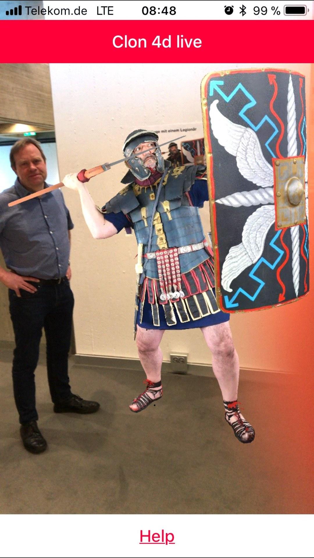 Clon App: Kurator Dr. Carl Pause mit römischem Soldat - Foto: Clemens Sels Museum Neuss.