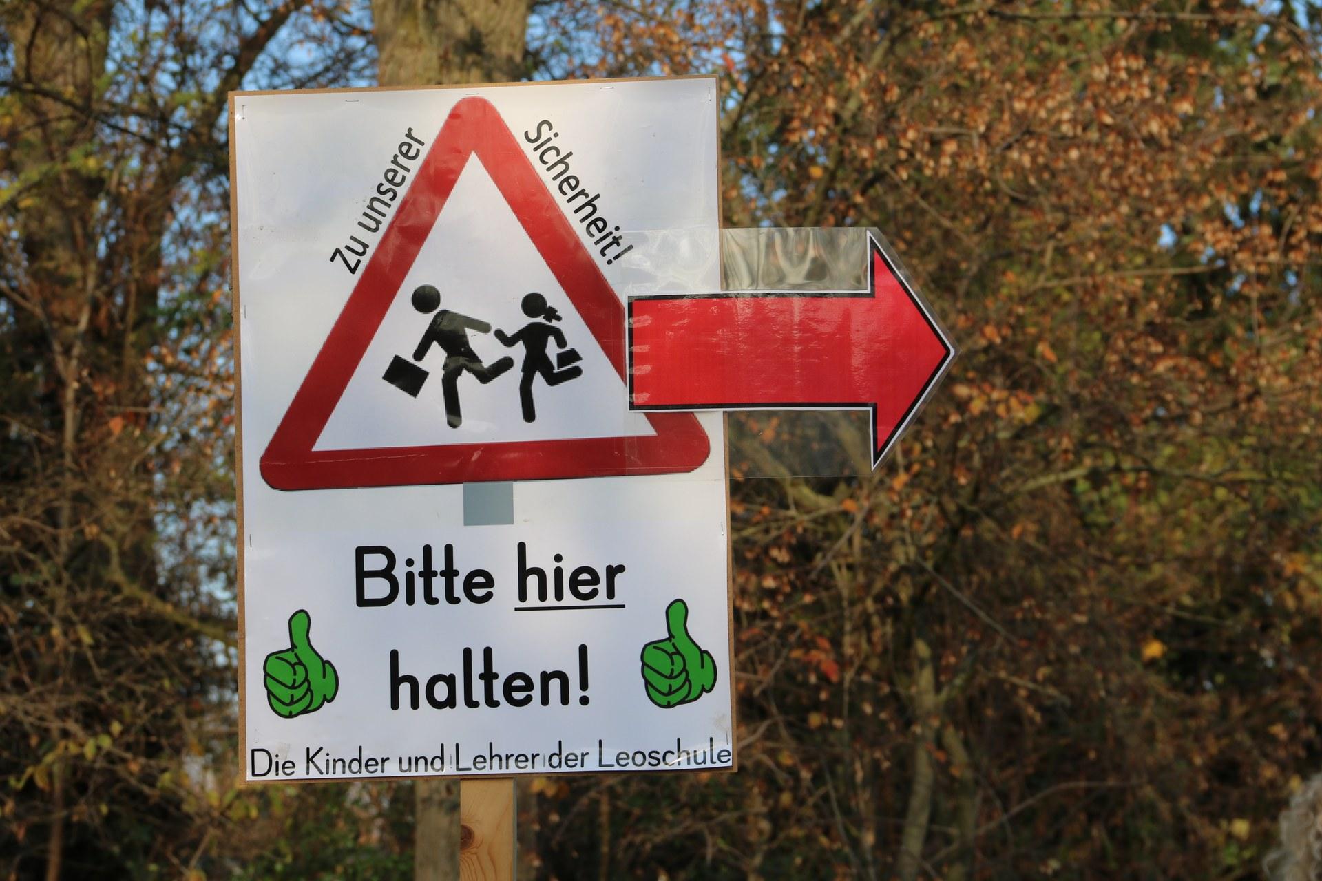 Schild-Bitte hier halten!.JPG
