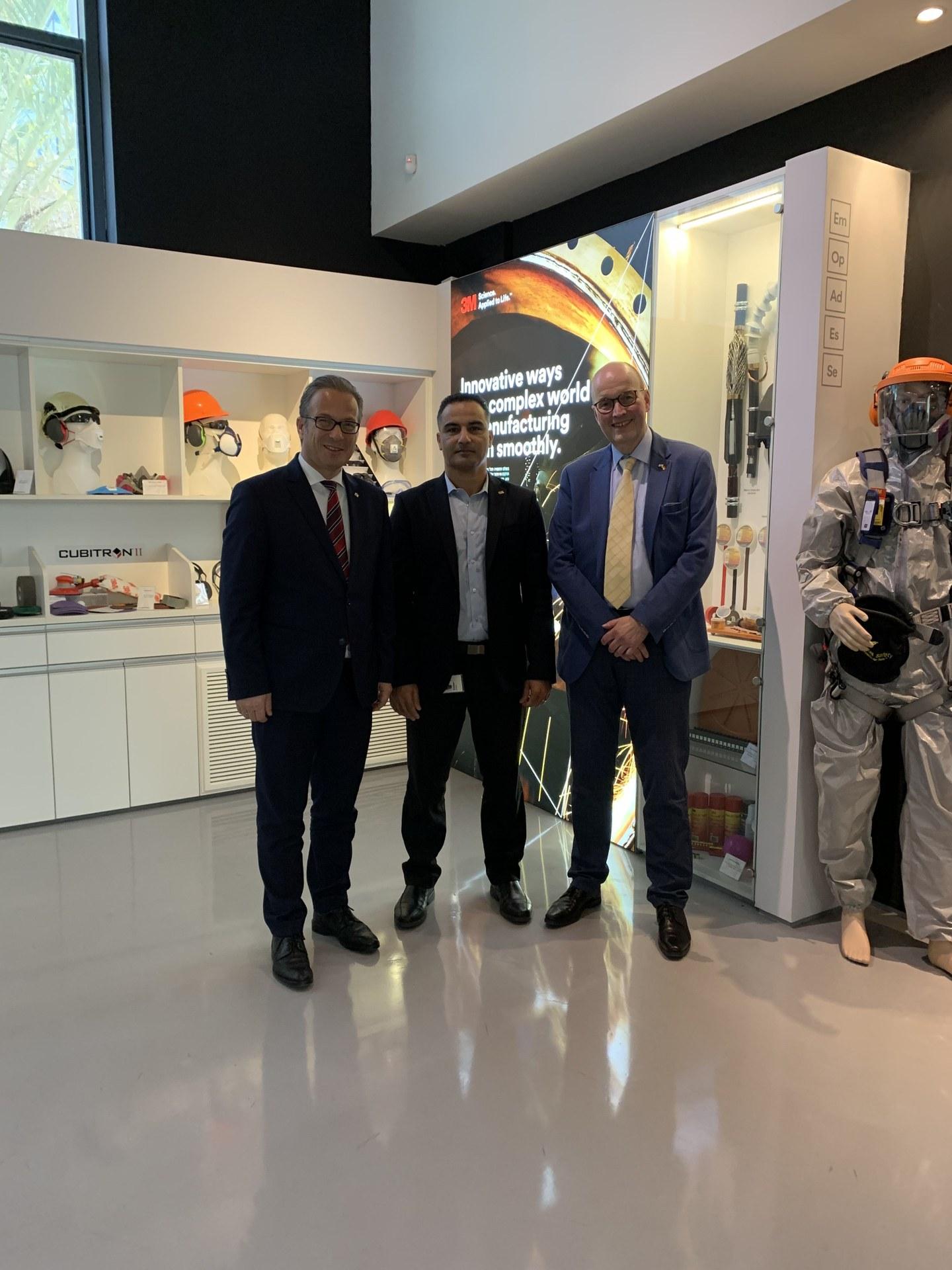 Besuch bei 3M in Herzliya (v.l.) Bürgermeister Reiner Breuer mit Rotem Sahar von 3M und dem Ersten Beigeordneten und Kämmerer der Stadt Neuss Frank Gensler..jpg