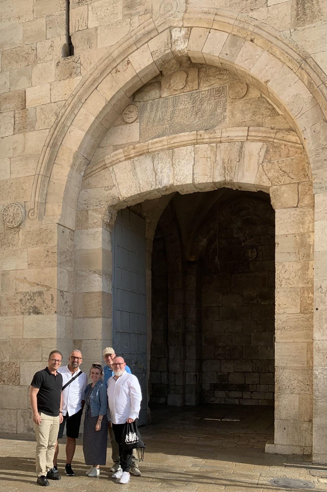 Die Neusser Delegation vor dem Jaffa-Tor in Jerusalem (v.l.) Bürgermeister Reiner Breuer, Bert Römgens, Jessica Gleß, Frank Gensler und Richard Palermo.jpg