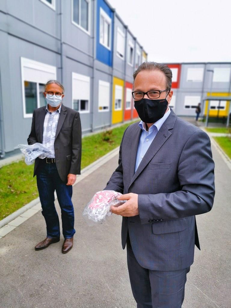 """Bürgermeister Reiner Breuer und Sozialamtsleiter Michael Theven bei der Übergabe von 300 Masken für die """"Hin- und Herberge"""""""