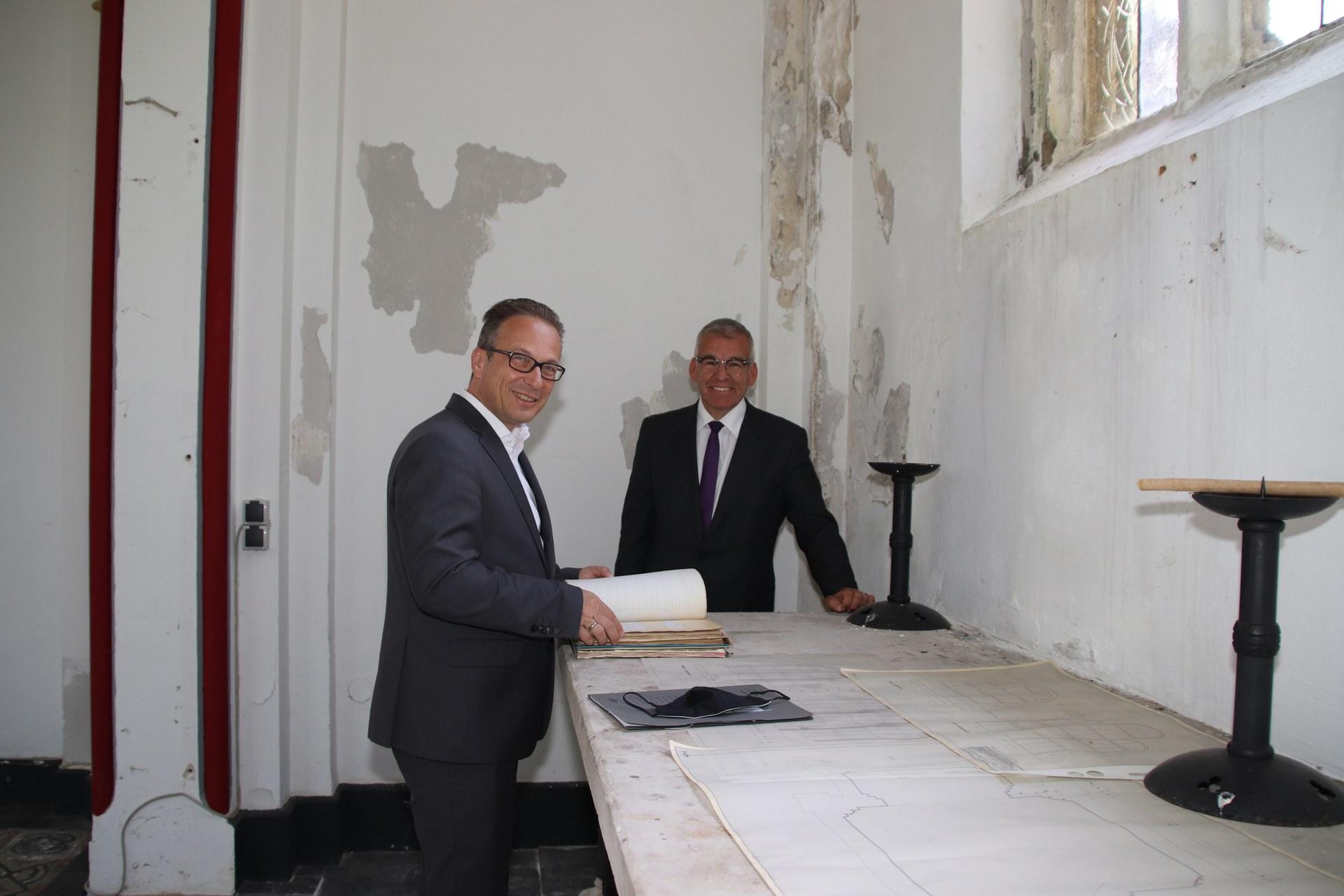 BM Reiner Breuer und Markus Jansen in der Kapelle.JPG
