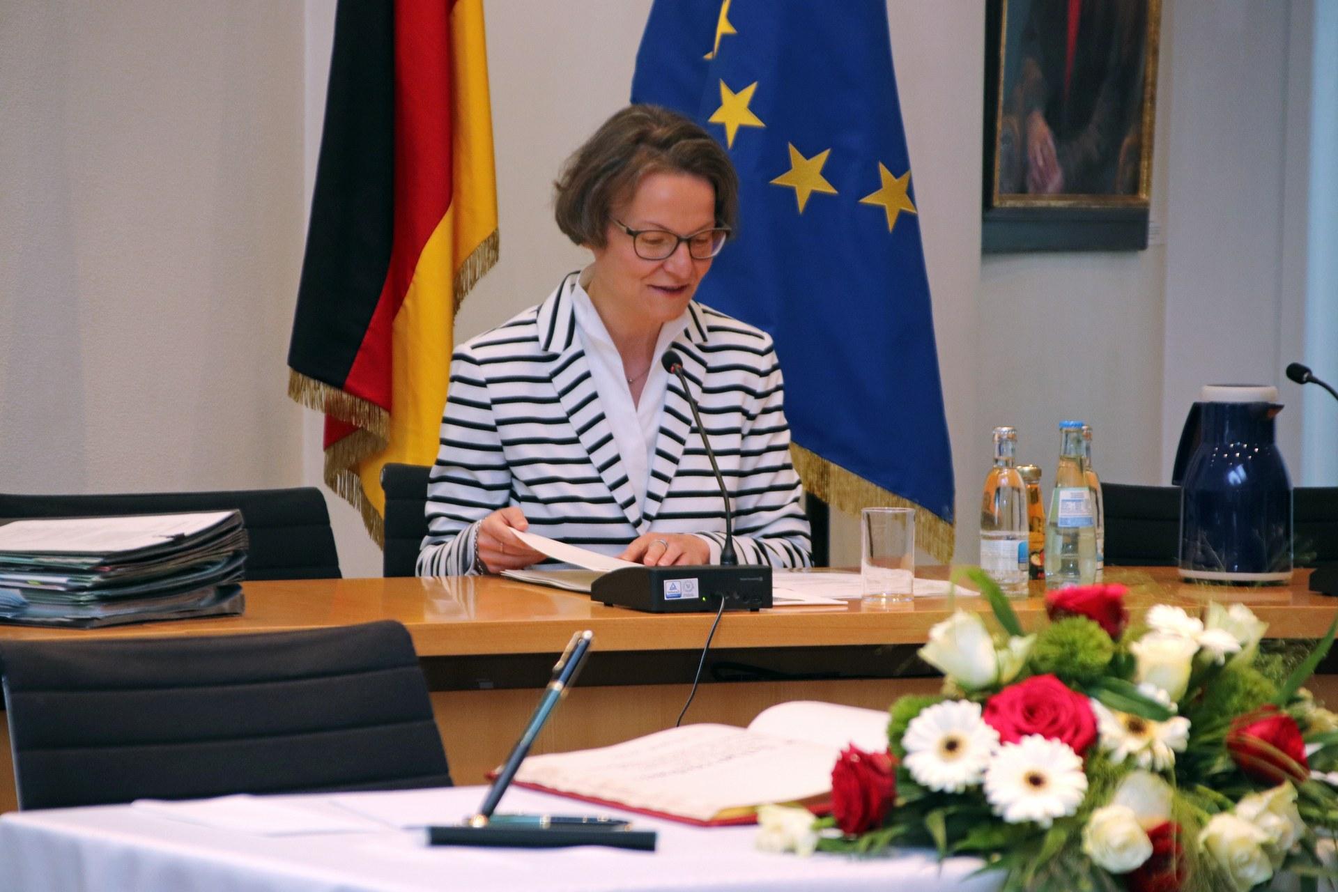 Foerderbescheide und Goldenes Buch Ministerin Scharrenbach 04.jpg