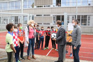0910 Bolzplatz Gesamtschule an der Erft eingeweiht- Schulleiterin Elsbeth Faber, Buergermeister Reiner Breuer und Abteilungsleiter Markus Nussbaum.png