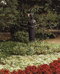 Trauernde mit Friedenstaube von M. Grove-Markovic, Berliner Platz, 1963
