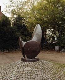 Bronzeplastik von L. Schwartz, Vorplatz Quirinus Gymnasium, 1979