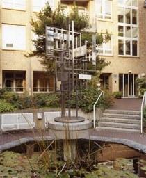 Brunnenplastik von N. Schöffer, Herz-Jesu-Altenheim, 1970