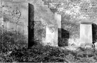 Verwitterte und beschädigte Grabsteine