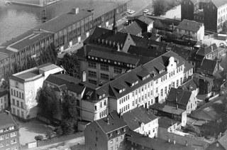 Blick auf die alten Schulgebäude vor der Niederlegung