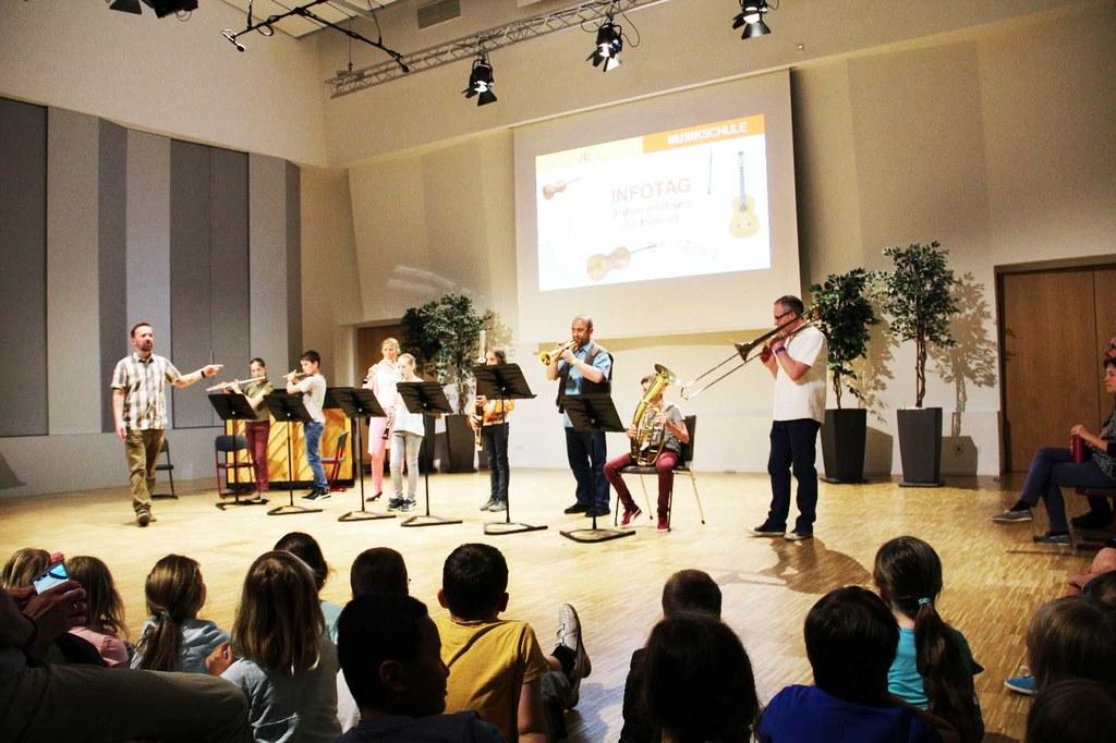 JEKI Infotag lockt 450 Besucher in die Musikschule
