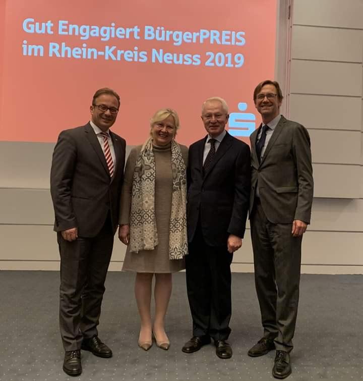 Auf dem Foto zu sehen: Reiner Breuer, der Preisträger Dr. Bernd Wibbe, seine Ehegattin Elisabeth Hohenstein-Wibbe und Musikschulleiter Holger Müller.