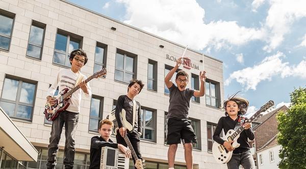 """Die Rockband der Musikschule, """"Red Night Wreckers"""" vor dem Romaneum ziert das Titelfoto des Jahreskulturberichts. Foto: M. Stegemann."""