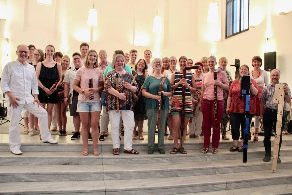 Das Blockflöten-Orchester Neuss (BON) der Musikschule unter seinem Leiter Ralf Bienioschek (l.). Foto: Holger Müller