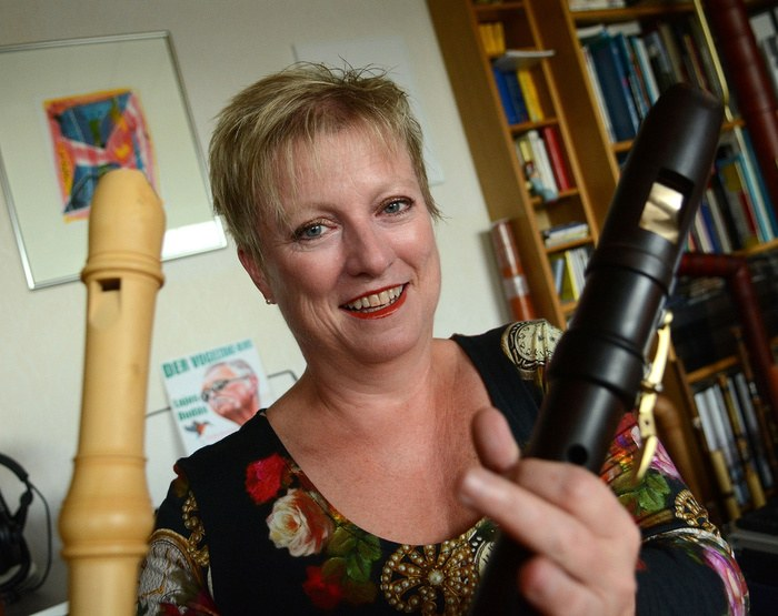 """Dagmar Wilgo ist Fachleiterin für Blockflöte an der Musikschule. Sie hat den """"Instrumenten-Rätselblock"""" entwickelt. Foto: Andreas Woitschützke"""
