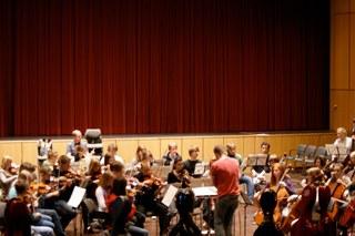 Von den jüngsten Streicherzwergen bis zum großen Jugendsinfonieorchester – alle Streichorchester der Musikschule bieten ein sommerliches Konzert für die ganze Familie. Der Eintritt ist frei.