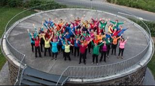 Von seinen zahlreichen Fans schon erwartet, präsentiert sich der Jazz- und Pop-Chor der Musikschule Roundabout unter Leitung von Anne Hartkamp wieder einmal in Top-Form. Die Mischung aus internationalen Jazz- und Popsongs und ganz besonderen Arrangements wird immer mit einer Begeisterung performed, die sofort auf das Publikum überspringt. Präsentiert in verschiedenen Sprachen, in den verschiedensten Stilen repräsentiert das Programm Weltmusik im besten Sinn. Eintrittskarten zum Preis von 10,- Euro, ermäßigt 6,- Euro plus Vorverkaufsgebühr