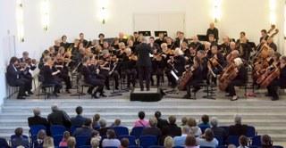 Sinfonia, das Erwachsenenorchester der Musikschule, hat wieder ein wieder ein spannendes Programm zusammengestellt. Höhepunkt ist das 2. Klavierkonzert von Rachmaninoff, den virtuosen Klavierpart spielt Markus Dominici, Klavierdozent unserer Musikschule. Als Ouvertüre wird das Vorspiel zu Borodins Oper Fürst Igor erklingen. Im Beethovenjahr wird sich auch Sinfonia dem Komponisten widmen, seine  7. Sinfonie steht am Ende des Programms. Die Leitung von Sinfonia haben Monika Pennig und Burkart Zeller. Der Eintritt ist frei.