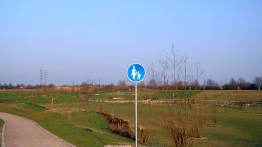 Teichanlage mit Rundweg und schön ausgebauter Grünfläche und Sitzbänken