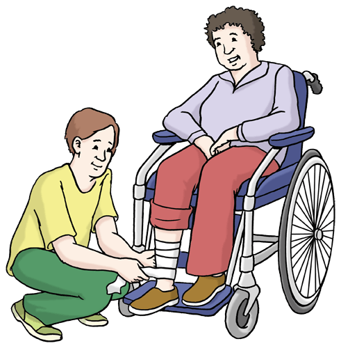 Eine Frau pflegt eine Frau im Rollstuhl.