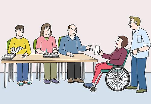 Drei Personen sitzen im Wahl-Lokal. Ein Mann hilft einer Frau im Rollstuhl. Sie zeigt den drei Personen ihre Wahl-Benachrichtigung, damit sie wählen darf.