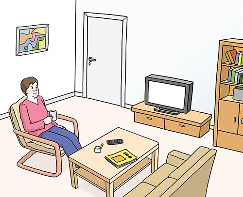 Frau sitzt im Wohnzimmer.