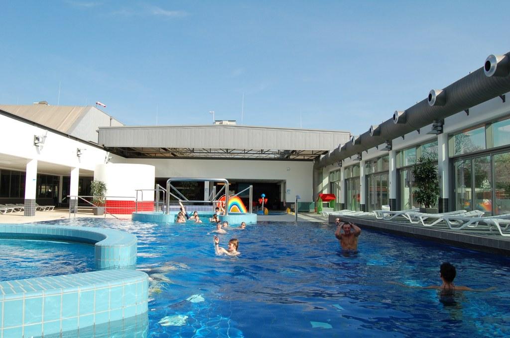 Die auffahrbaren Cabriodächer im südbad und im nordbad ermöglichen Freibadfeeling im Altweibersommer 2011.