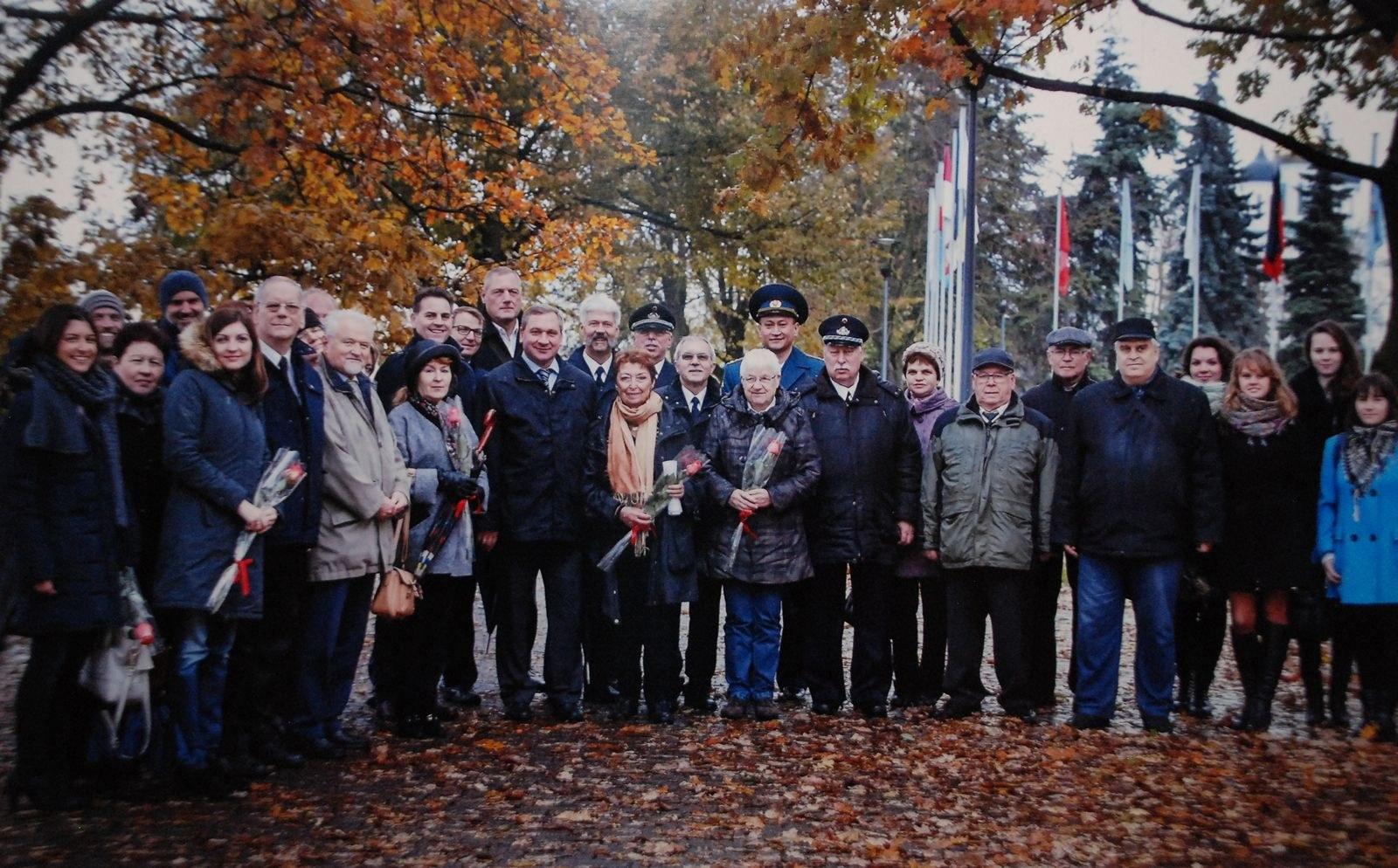 Die offizielle Delegation aus Neuss im Freundschaftspark Pskow im Jahr 2015