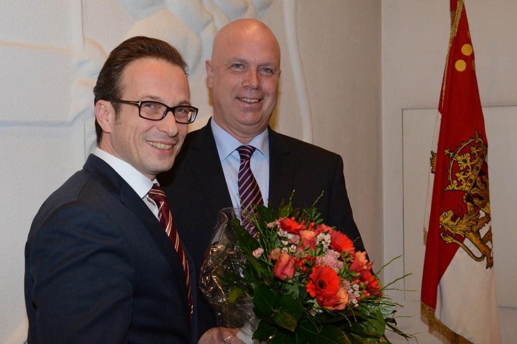 Bürgermeister Reiner Breuer gratuliert Ralf Hörsken.