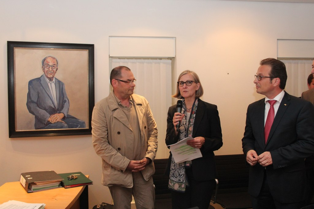 Vor dem Portrait von Herbert Napp: (v.l.) Künstler Heribert Münch, Kulturdezernentin Dr. Christiane Zangs und Bürgermeister Reiner Breuer